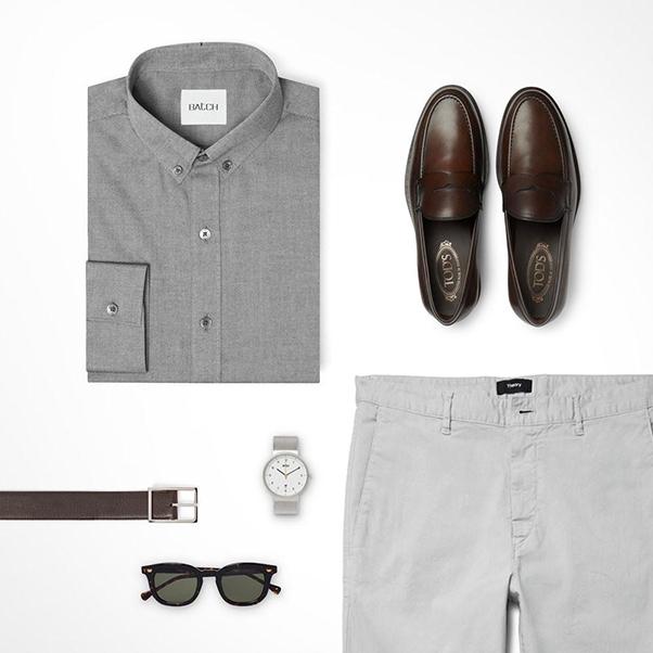 Các quý ông cũng có thể phối áo sơ mi màu ghi đậm cùng quần kaki màu ghi nhạt