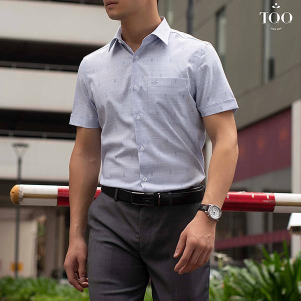 áo sơ mi nam ngắn tay, có màu xám ghi và quần âu ghi xám