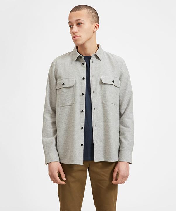 Áo sơ mi nam màu xám nhạt với chất vải dày dặn cùng túi ngực tiện lợi cá tính