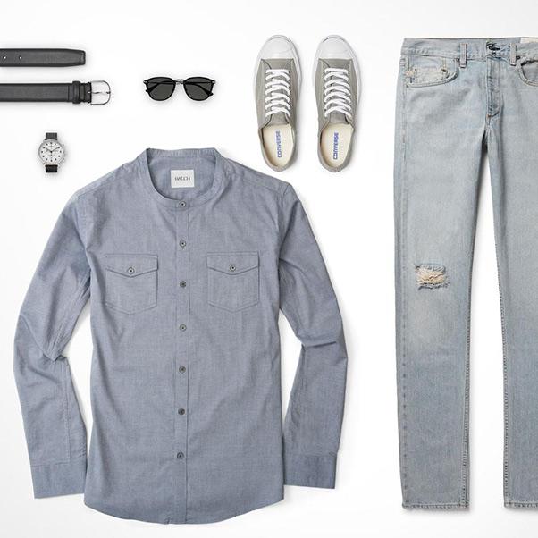 áo sơ mi nam màu ghi, quần jeans và giày thể thao màu ghi