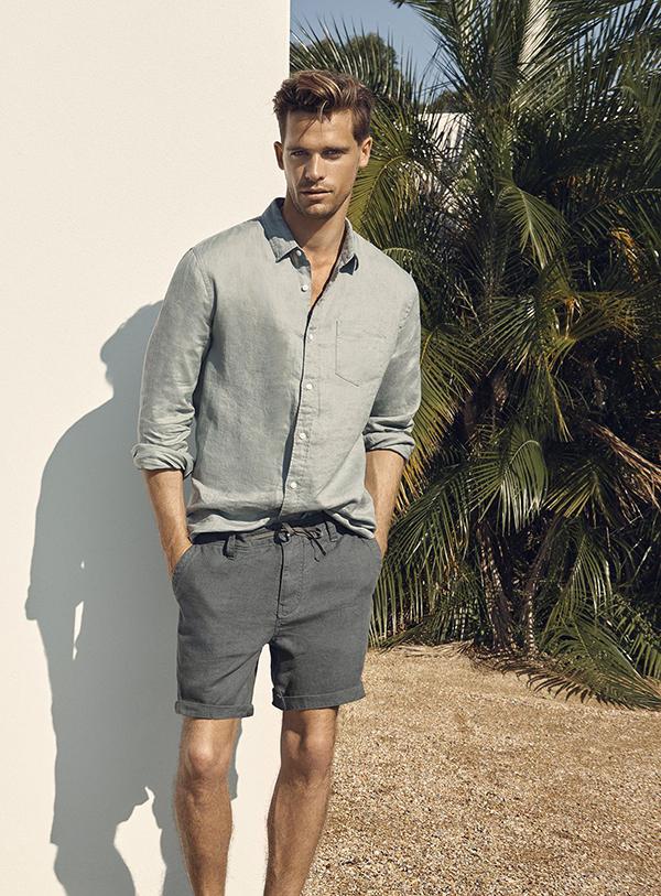 Quần short màu ghi đậm kết hợp cùng áo sơ mi trơn xám nhạt