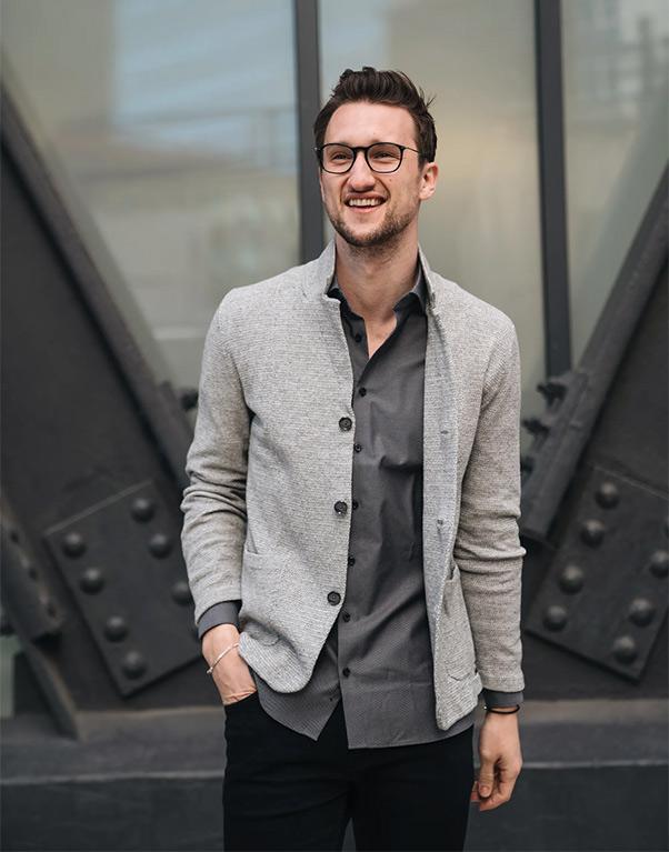 Áo sơ mi ghi đậm màu kết hợp cùng áo cardigan màu ghi nhạt và quần tây màu đen