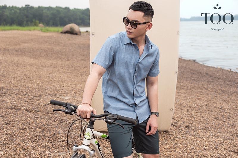 Mix phụ kiện đơn giản như đồng hồ, kính thời trang đem lại sự đơn giản, hài hòa cho set đồ nam giới