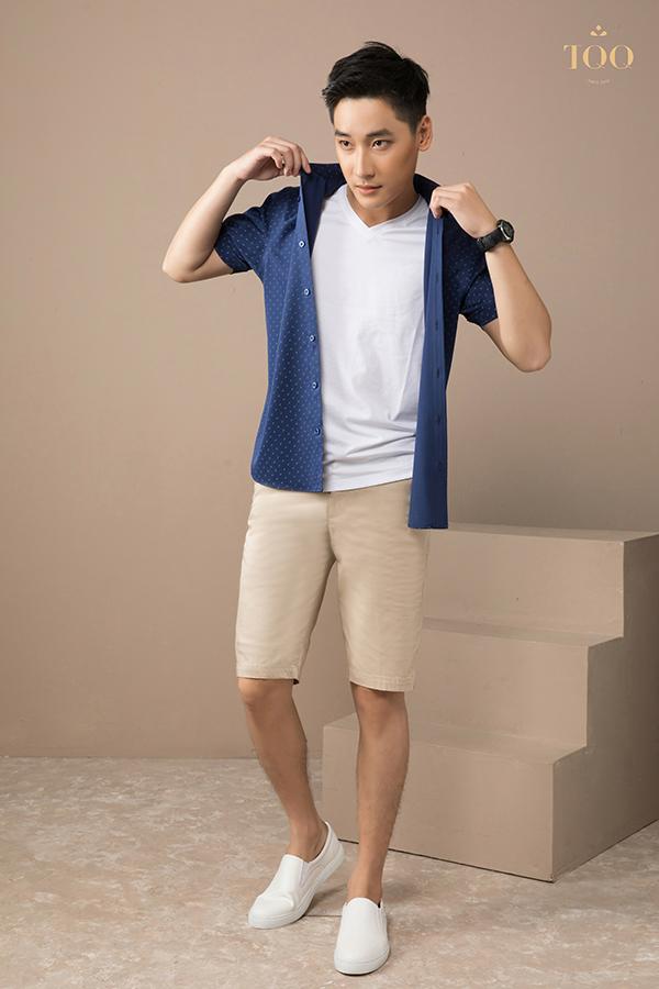 sơ mi màu xanh ra ngoài một chiếc áo phông trắng mặc cùng quần short màu be