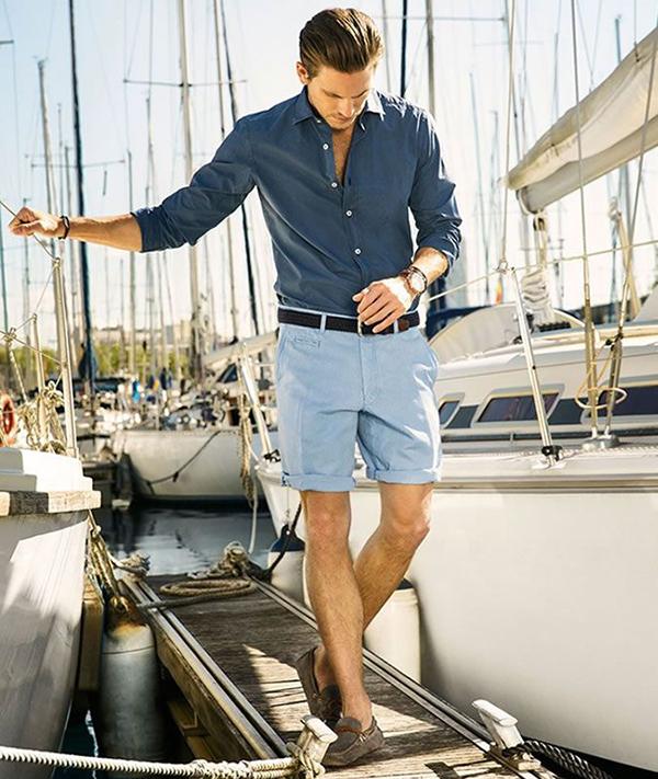Phối áo sơ mi xanh đậm với quần short xanh nhạt