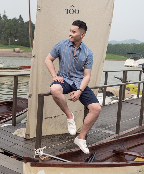 áo sơ mi xanh kẻ sọc độc đáo cùng quần short đen