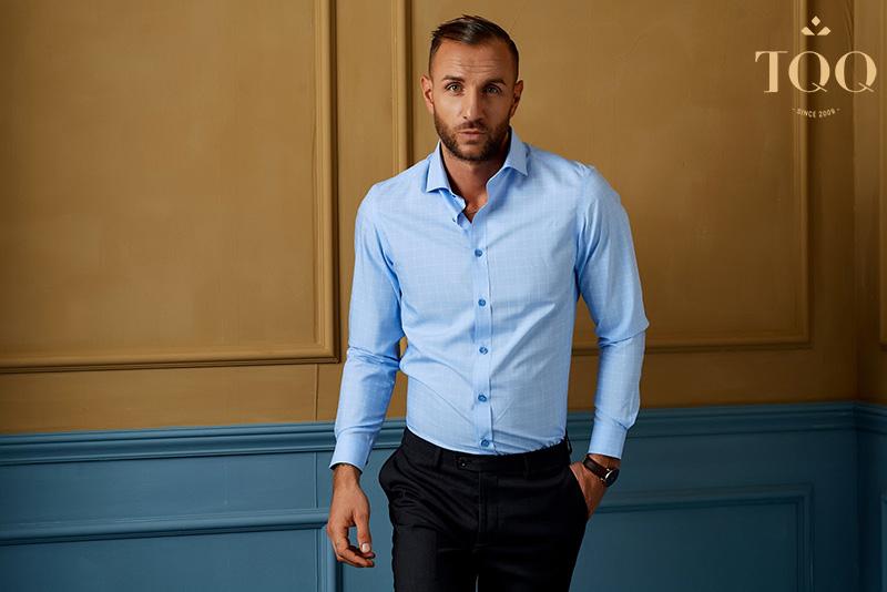 Áo sơ mi có form áo vừa vặn sẽ giúp quý ông U50 che khuyết điểm cơ thể, tạo sự lịch lãm, trẻ trung hơn.