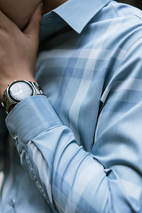 Phụ kiện đồng hồ kim loại và sơ mi nam xanh