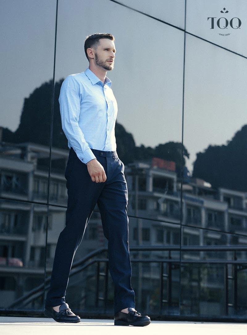 Những thiết kế áo sơ mi kẻ chìm với màu xanh nhạt làm nổi bật sự sang trọng và tinh tế của phái mạnh