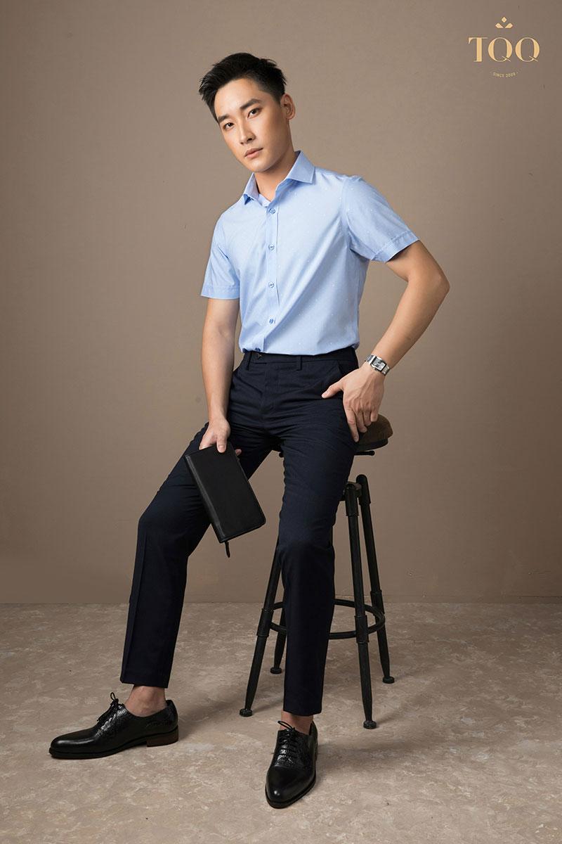 Áo sơ mi trơn màu pastel kết hợp với quần tối màu tạo diện mạo trẻ trung, lịch lãm