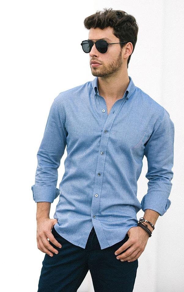 mix áo sơ mi nam xanh da trời với quần jeans xanh đen