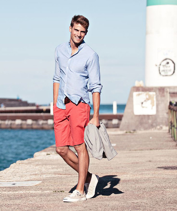 quần short hồng san hô rực rỡ kết hợp với áo sơ mi xanh nhạt