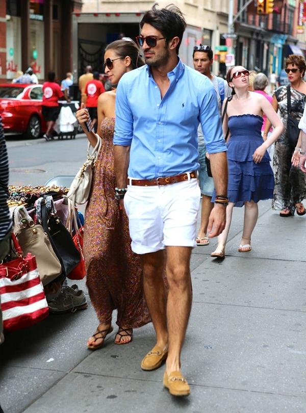 sơ mi xanh sáng màu và quần short trắng