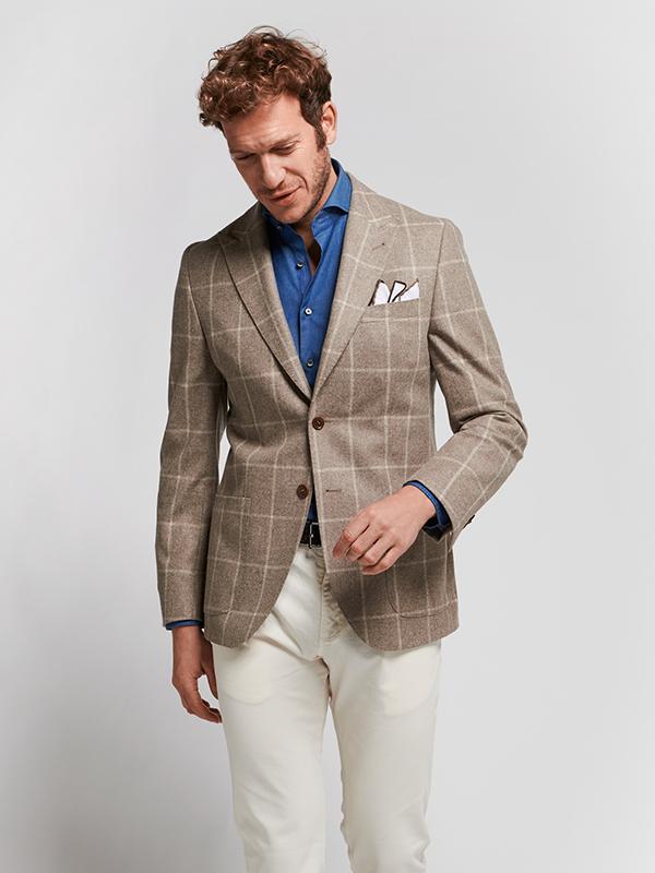 Sự kết hợp giữa vest nam có màu nâu sáng, sơ mi xanh và quần tây màu trắng sữa