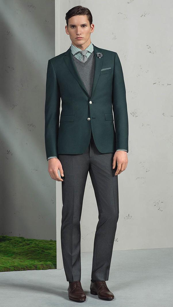 áo sơ mi xanh lá kẻ sọc tinh tế phối cùng áo vest ton sur ton