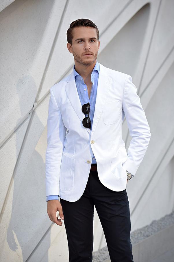 Phối đồ với áo sơ mi nam xanh dương và vest trắng
