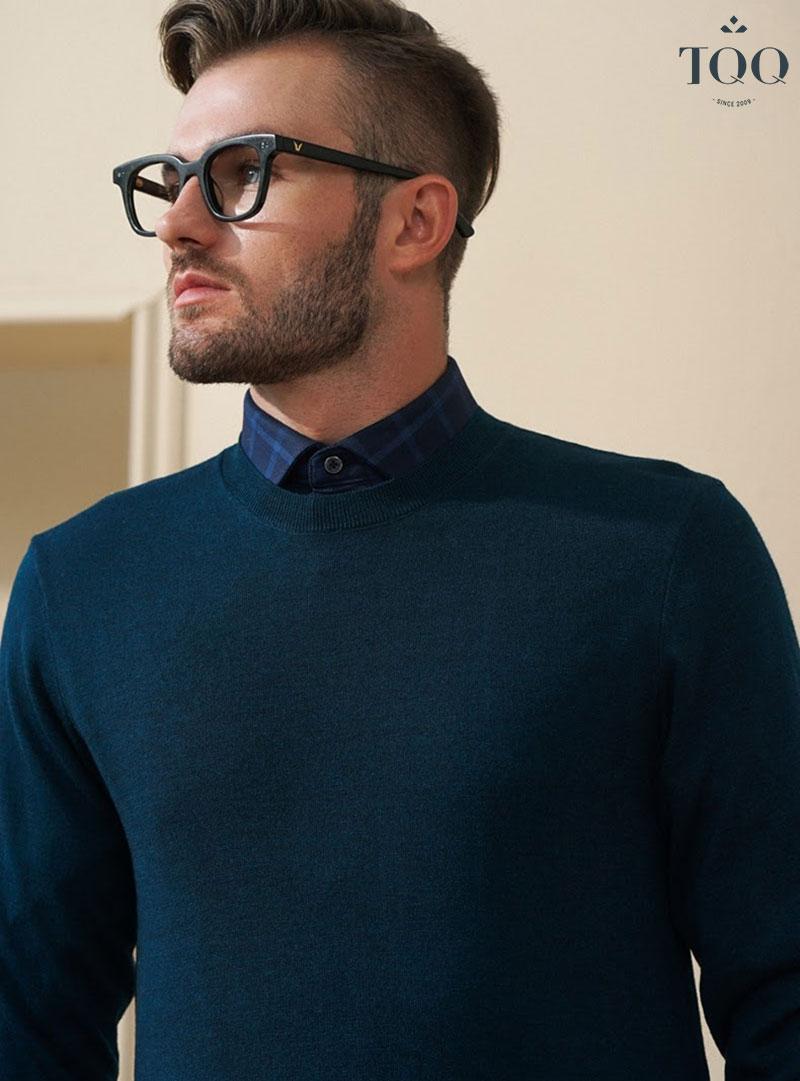 Áo sweater cổ tròn và sơ mi luôn là sự kết hợp hoàn hảo cho phong cách thời trang quý ông những ngày trời chuyển lạnh