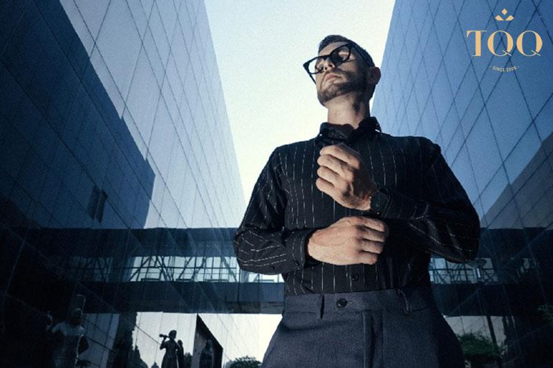 Phong cách phối đồ đơn giản với áo sơ mi nam màu đen khá được phái mạnh ưa chuộng