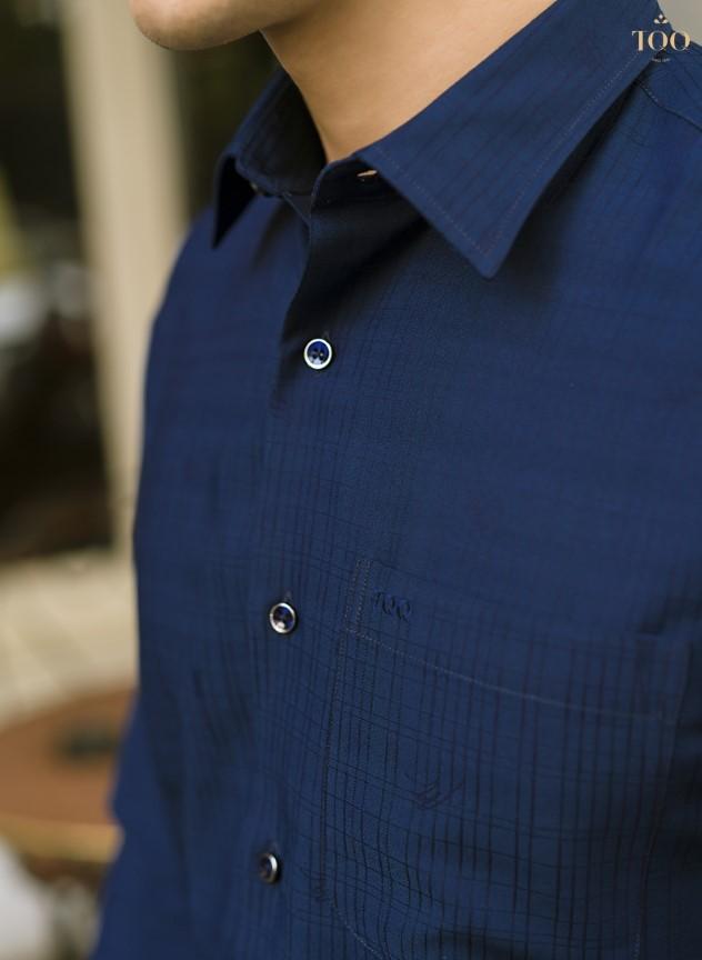 Họa tiết phối kẻ tăm trên nền xanh navy cùng logo thêu nổi trên miệng túi đầy tinh tế