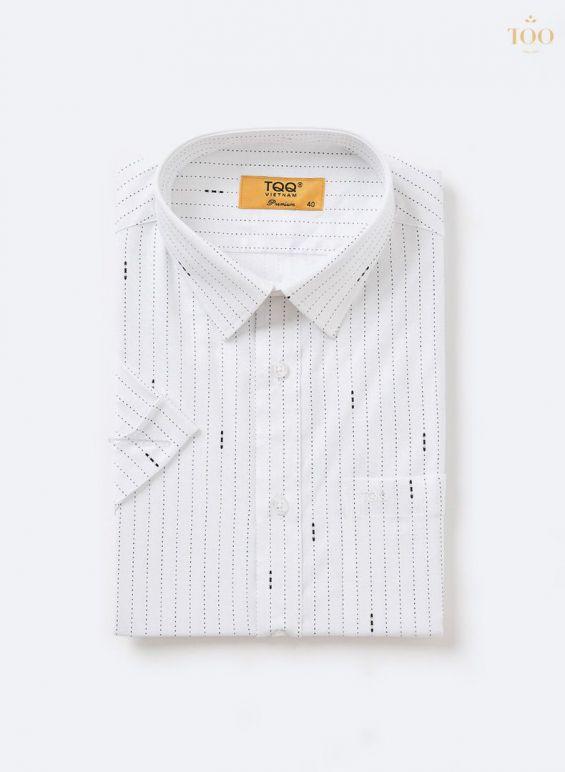 Áo sơ mi được thiết kế với họa tiết sọc đứt trắng đen thanh lịch và độc đáo