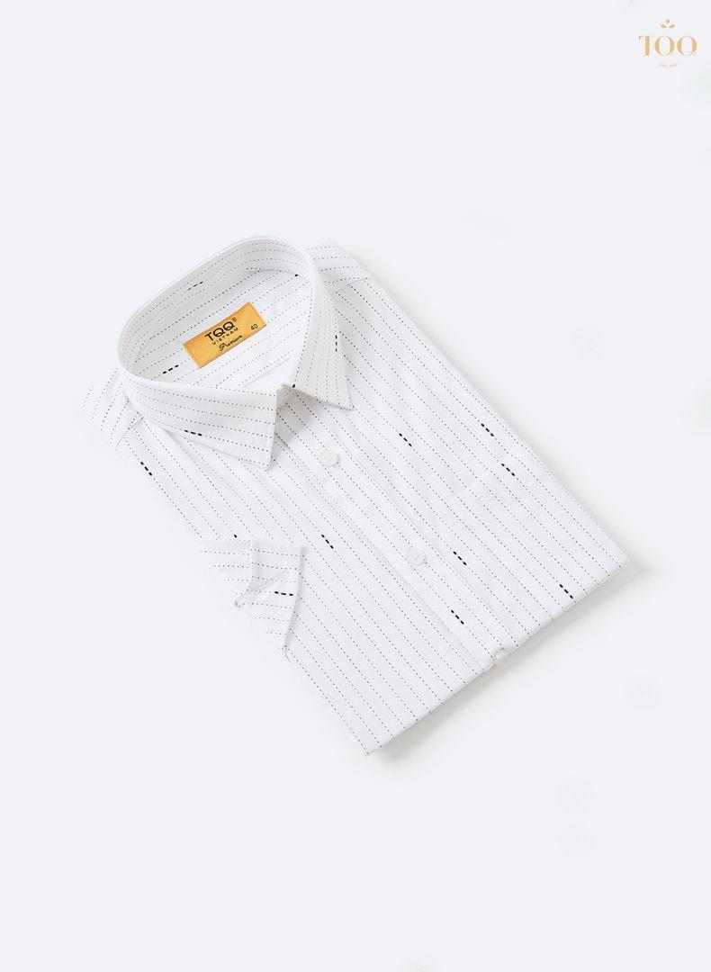 Họa tiết kẻ sọc đứt đơn giản, trẻ trung trên nền áo trắng thanh lịch
