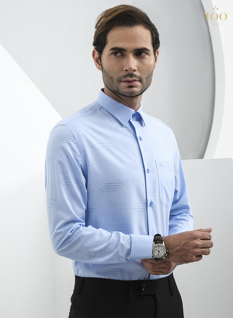 Áo sơ mi xanh dương kết hợp cùng quần âu là lựa chọn phù hợp khi bạn muốn bản thân thật lịch sự, chỉn chu khi đi làm