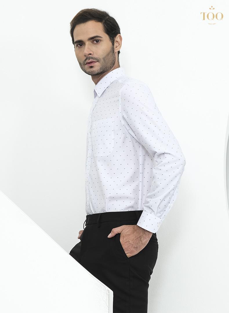 Họa tiết nhỏ màu đen tinh tế kết hợp với màu áo trắng