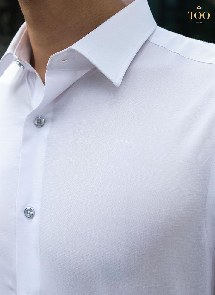 Áo được thiết kế cổ đứng và may từ chất liệu vải cao cấp