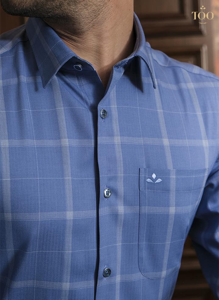 Họa tiết ca rô được thiết kế trên nền áo xanh
