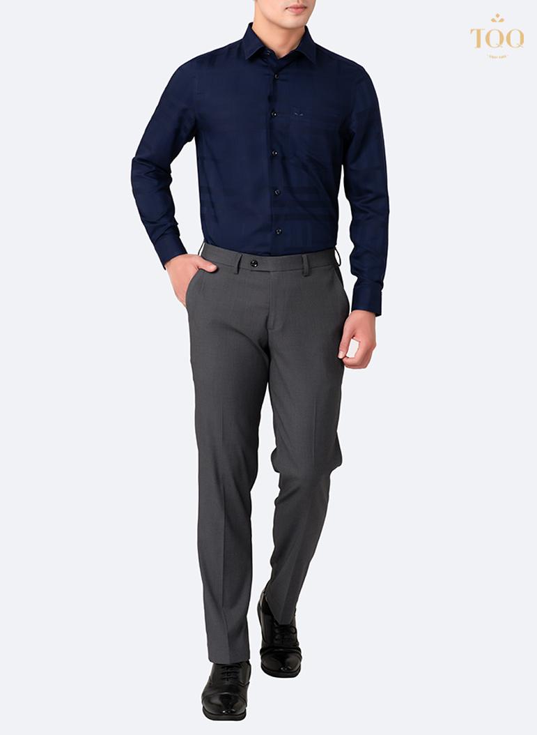 kết hợp giữa sơ mi nam dài tay xanh đen, quần tây xám và giày da