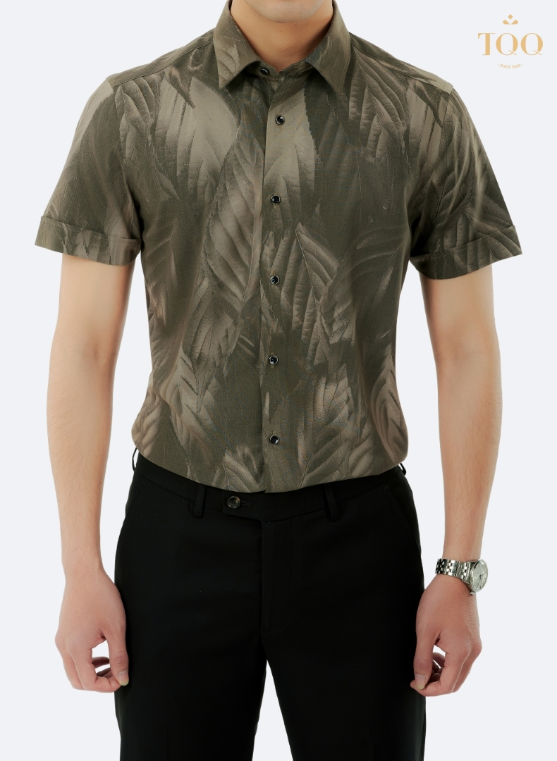 Nam giới trẻ trung, phong cách, cá tính trong chiếc áo sơ mi ngắn tay họa tiết màu nâu ấn tượng