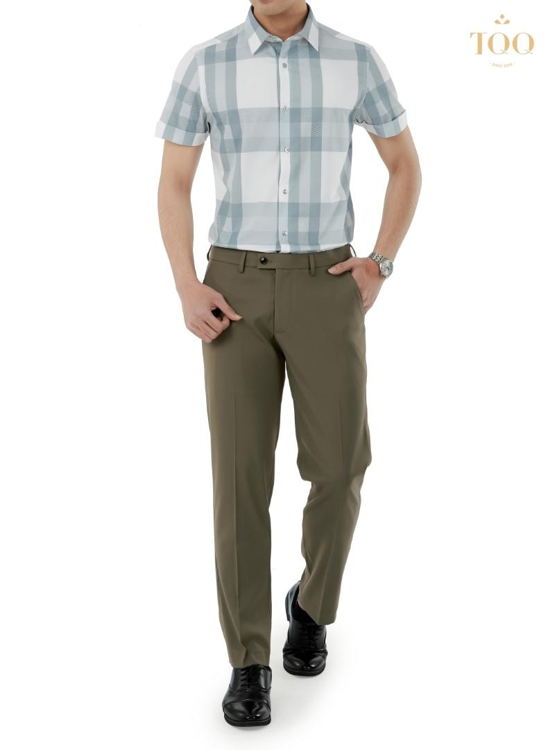 Áo sơ mi nam phối họa tiết kẻ xanh kết hợp với quần tây xám nâu và giày tây vô cùng sang trọng, hiện đại
