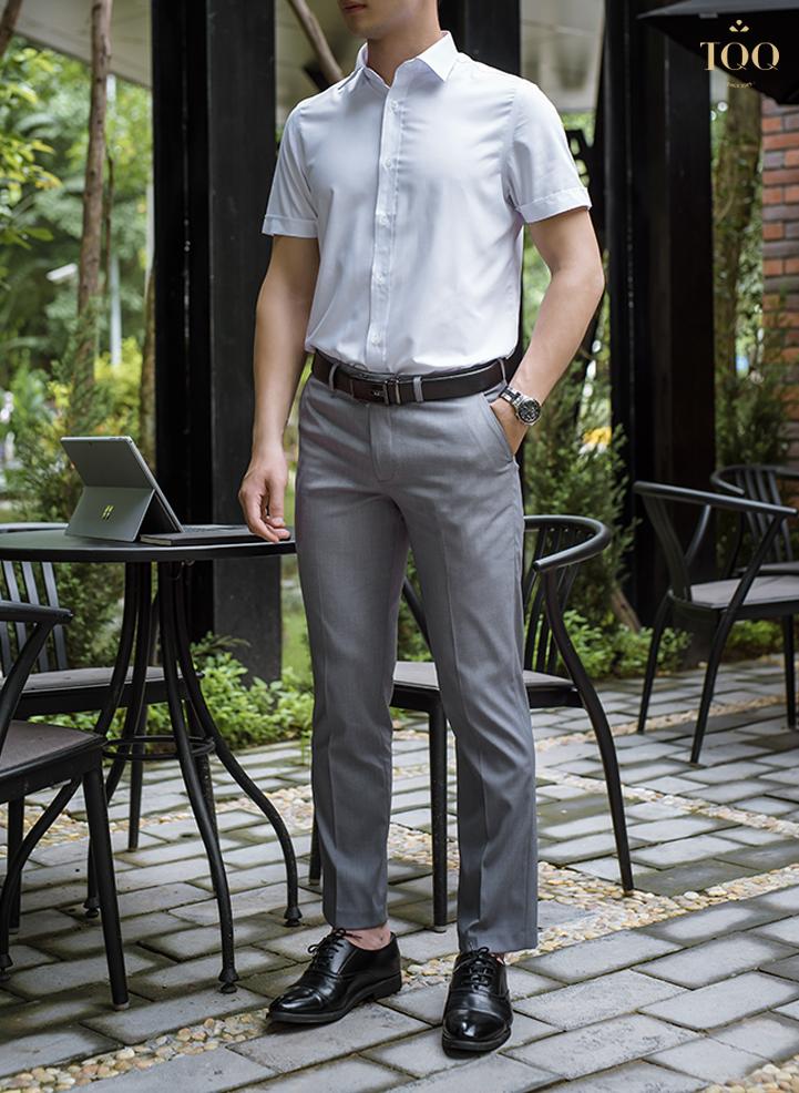 Áo sơ mi nam ngắn tay màu trắng trơn là item đơn giản, trẻ trung không thể thiếu của nam giới.
