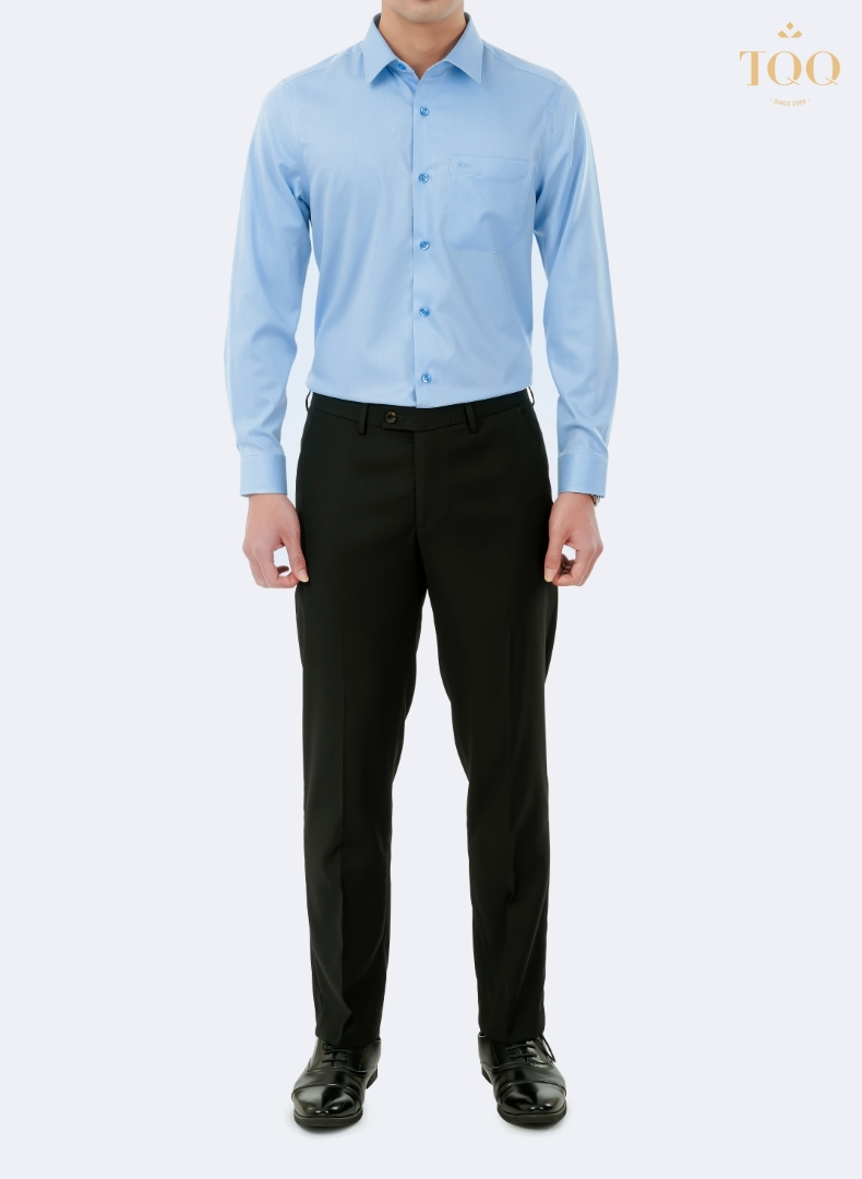 Mẫu áo sơ mi xanh dương nhạt rất phù hợp khi phối với quần âu và giày tây mang lại diện mạo chỉn chu, sang trọng