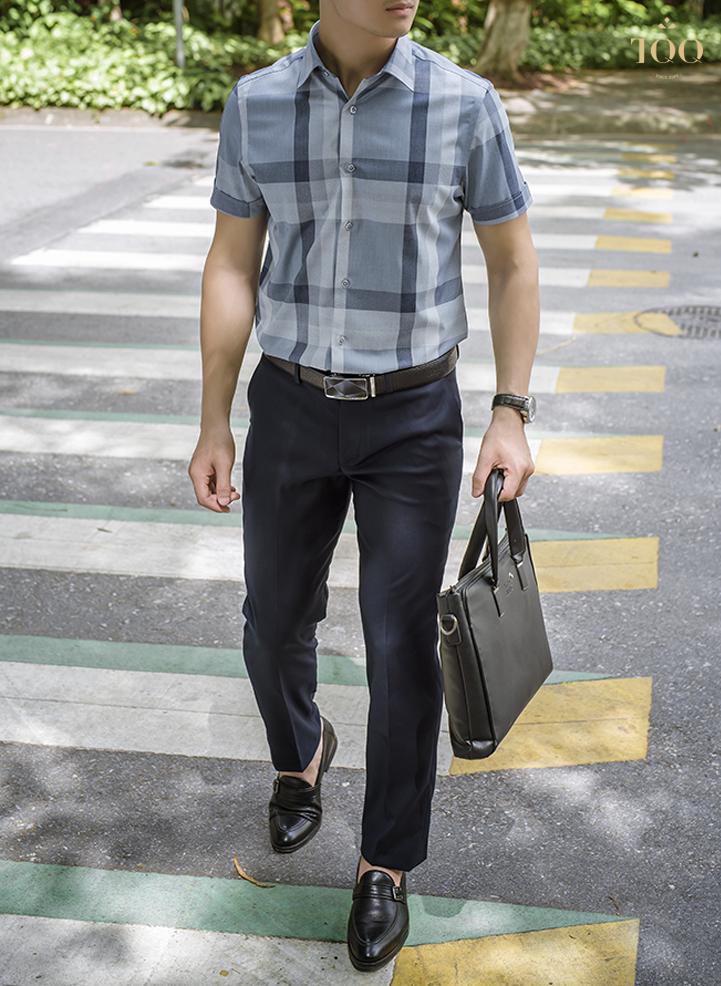 Áo sơ mi kẻ xanh đậm mang tới vẻ thanh lịch và hiện đại cho phái mạnh tuổi 30
