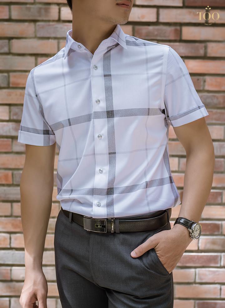 Áo sơ mi màu trắng nổi bật mang tới sự trẻ trung, cuốn hút cho nam giới tuổi 30