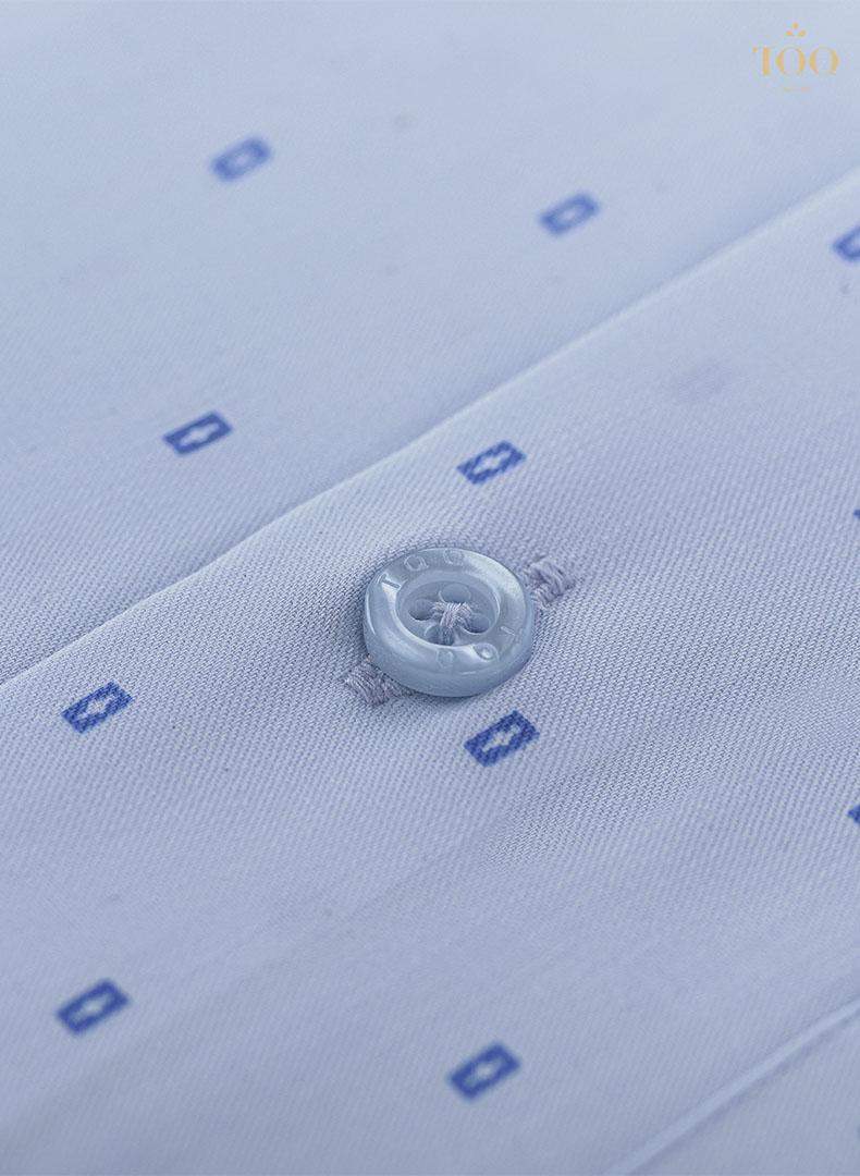 Logo TQQ trên áo sơ mi được thiết kế tinh tế trên sản phẩm