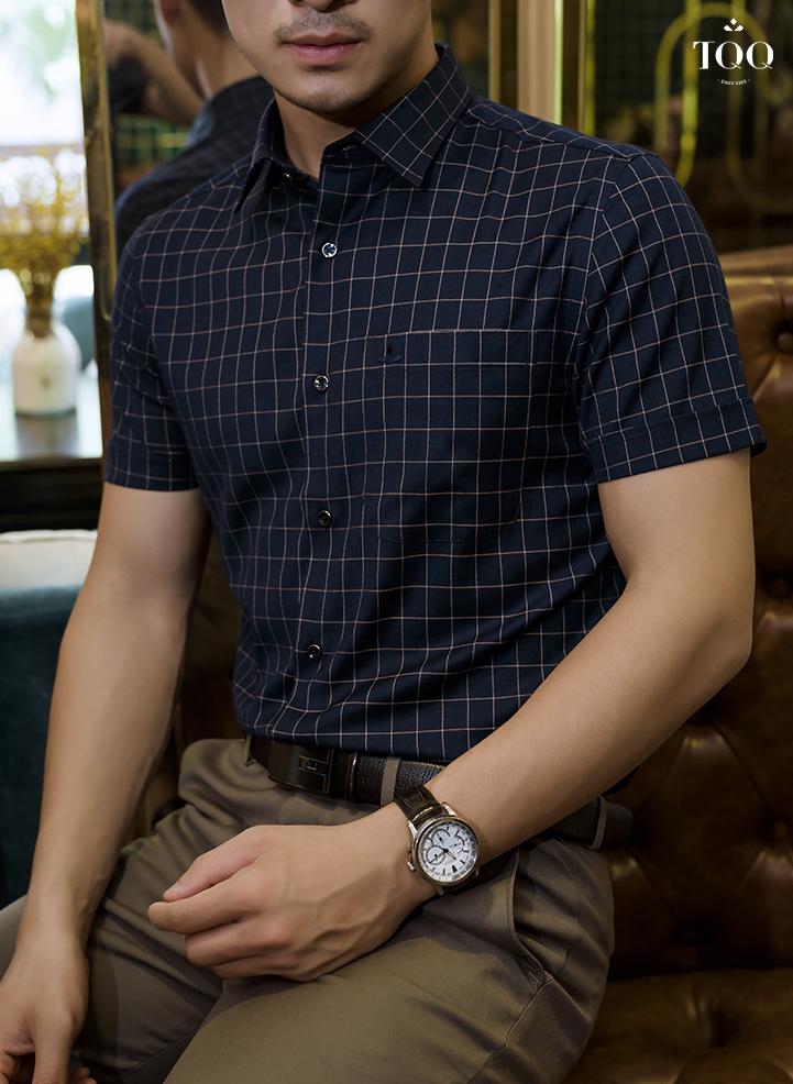 Áo sơ mi màu tím than mang lại diện mạo hoàn toàn mới cho nam giới công sở tuổi 30