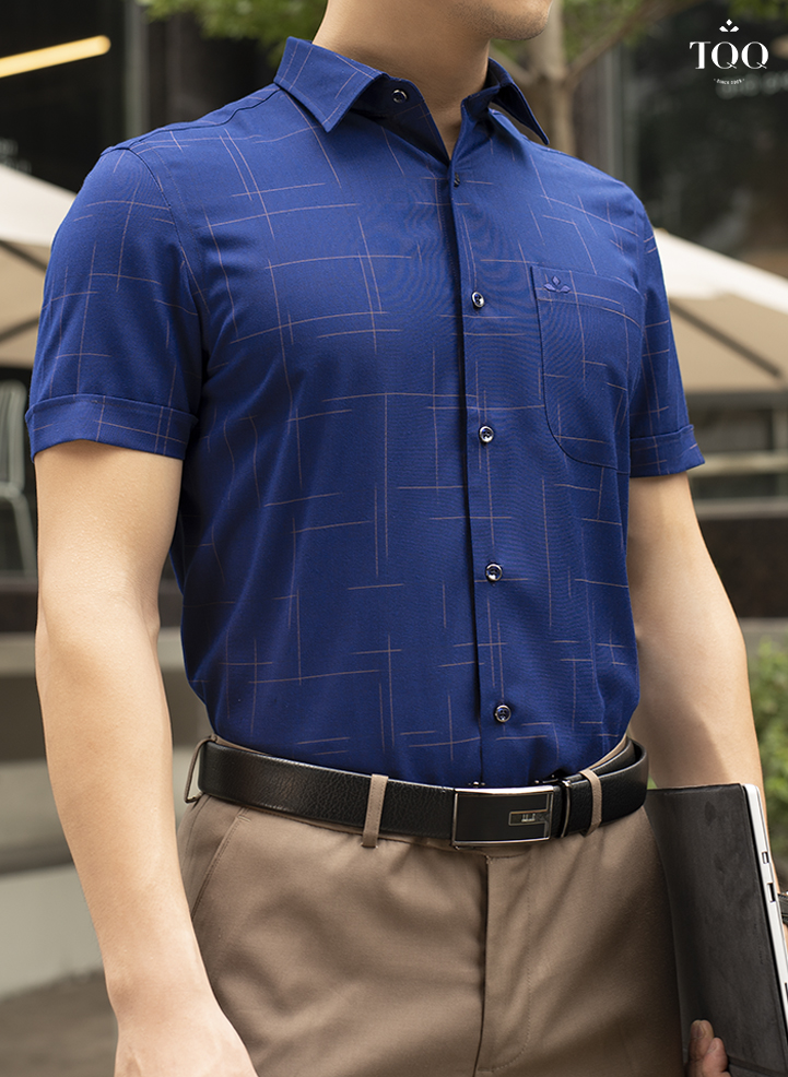 Sơ mi xanh navy ngắn tay hay dài tay đều rất phù hợp với những người da ngăm