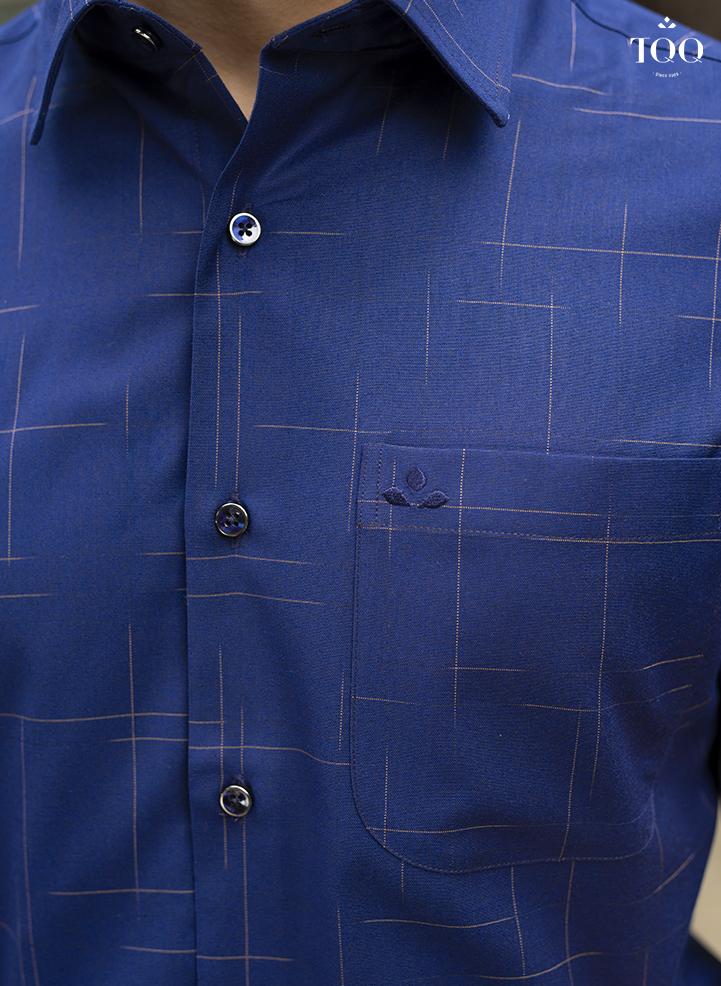 Áo có màu xanh tím than phối họa tiết độc đáo