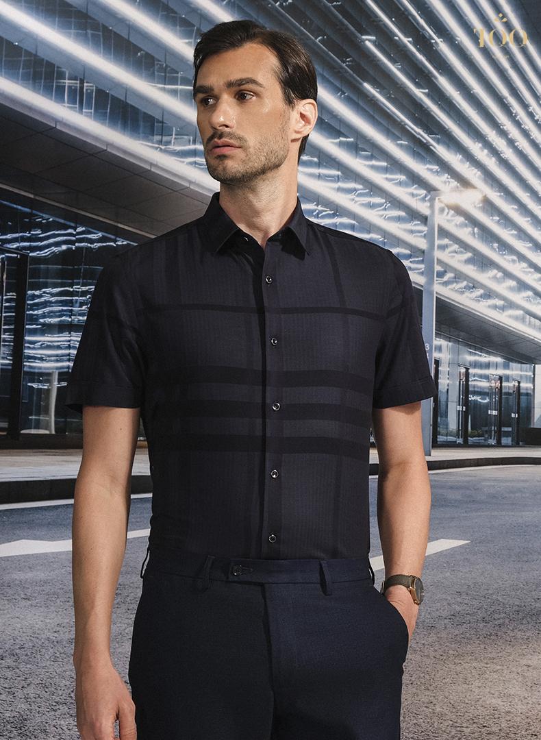 Mẫu áo sơ mi nam ngắn tay K422CSC kẻ đen với họa tiết chìm nam tính, ấn tượng