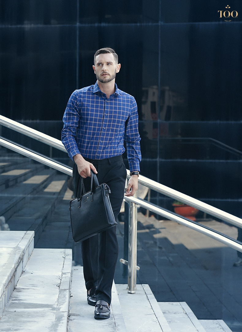 Bạn có thể phối áo sơ mi xanh navy K261CS với quần Âu, giày tây tối màu để tạo sự hài hoà cho set đồ