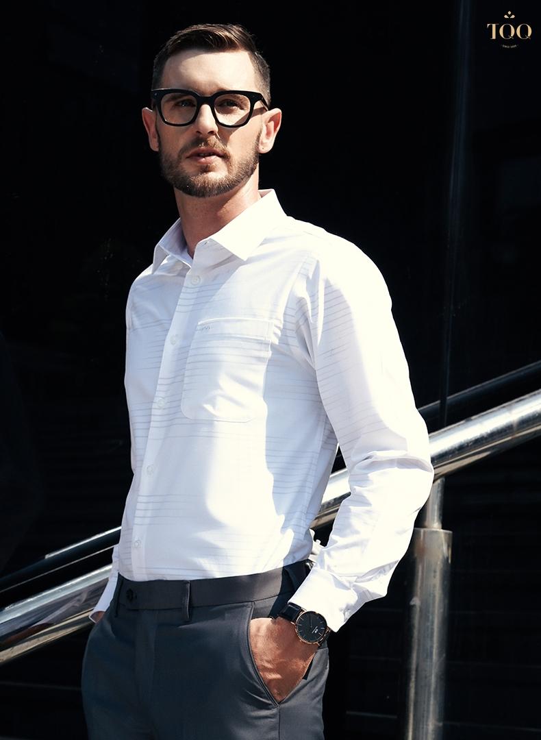 quý ông trung tuổi mặc áo sơ mi nam trắng dài tay