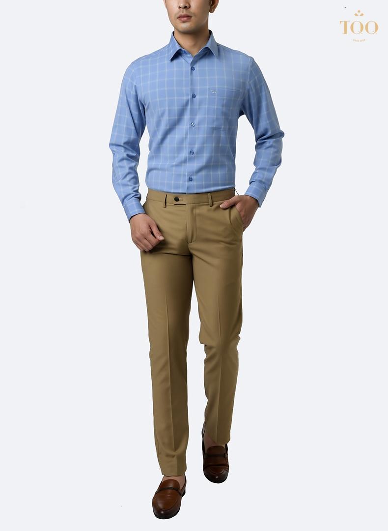 phối áo sơ mi xanh dương nam dài tay kẻ caro cùng quần kaki màu be
