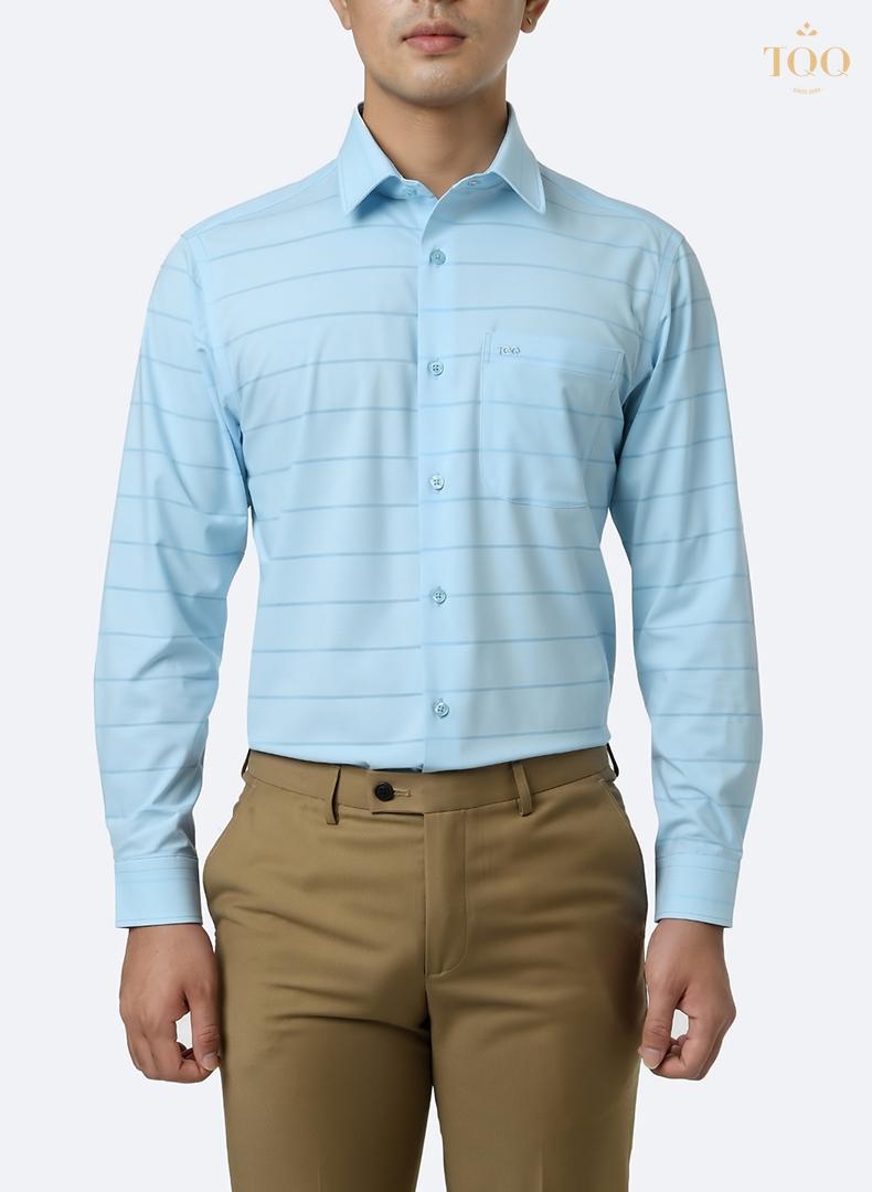 Áo sơ mi nam kẻ màu xanh sẽ là cách điệu đẹp mắt hơn hẳn so với áo sơ mi xanh trơn