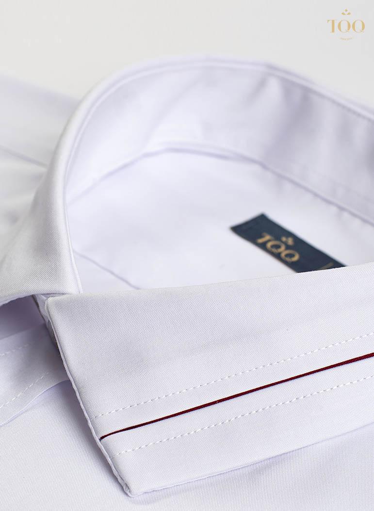 Ly kẻ nhỏ trên cổ áo tạo điểm nhấn độc đáo