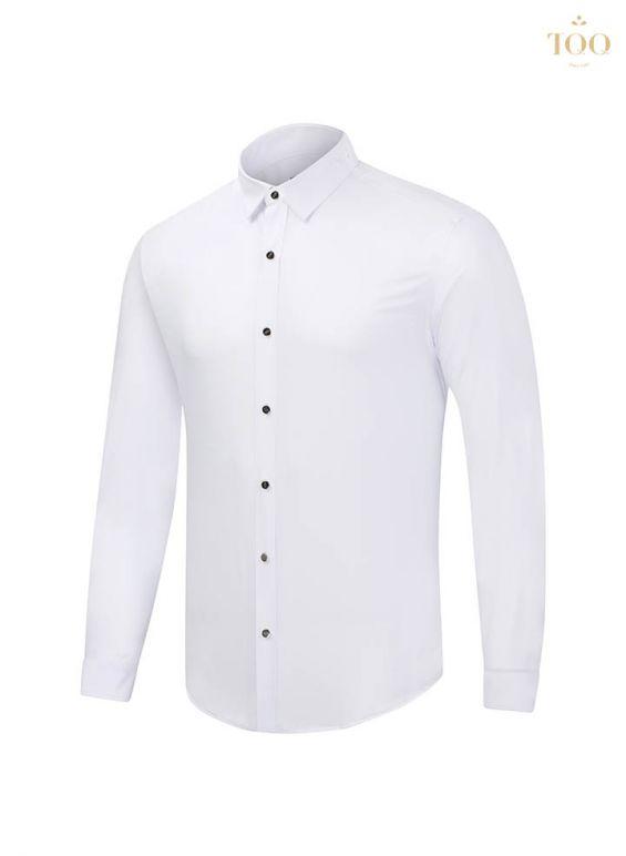 Áo màu trắng thuần kết hợp với hàng khuy tối màu