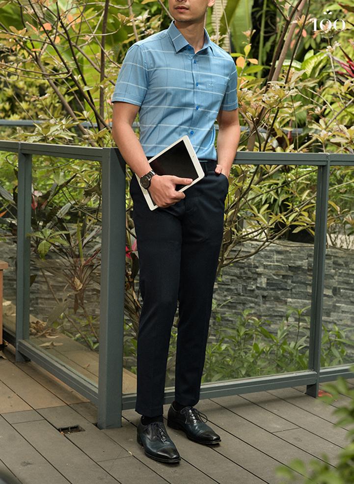 Phối áo sơ mi xanh dương nam ngắn tay họa tiết kẻ cùng quần tây và giày da đen