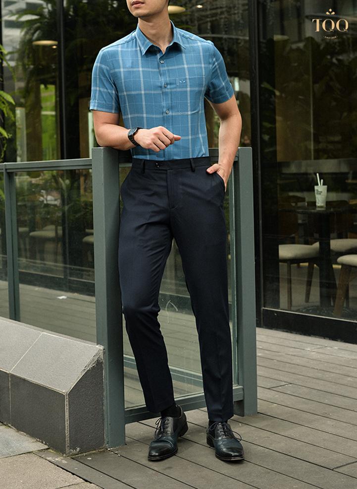Quần tây màu đen kết hợp cùng áo sơ mi xanh