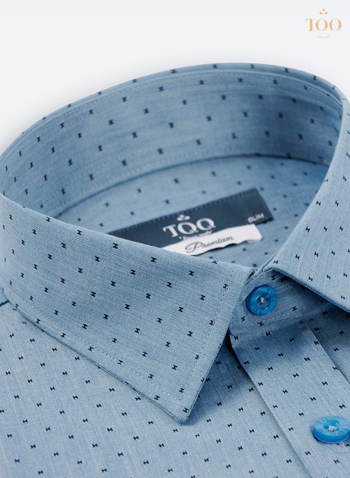 Mẫu áo sơ mi nam xanh họa tiết chữ H đen giúp tôn vinh những ưu điểm về hình thể
